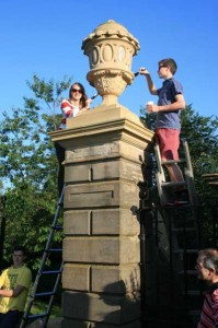 Painting yoghurt on the stone urn